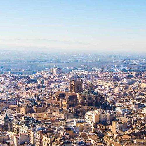 Alhambra, widok ztwierdzy Alcazaba naGranadę