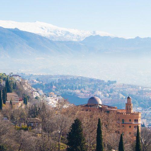 Alhambra, widok ztwierdzy Alcazaba naSierra Nevada