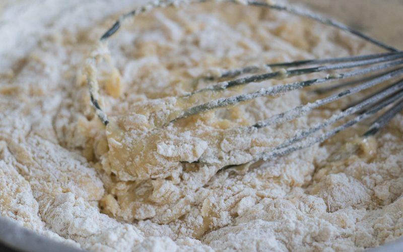 mieszanie ciasta drożdżowego