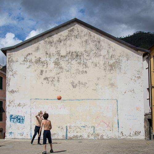 Mecz piłkarski natyłach kościoła wCorniglii